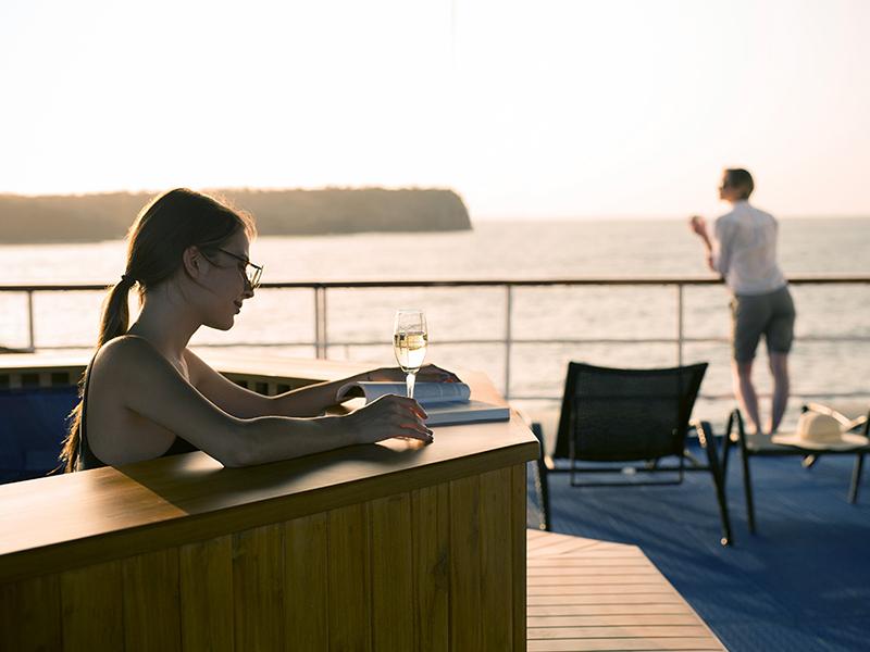Yacht Isabela features: hot tub