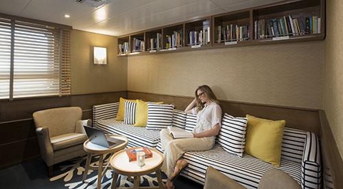 Yacht Isabela II's library